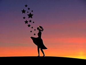 Bild: Frau im Sonnenuntergang mit Sternen
